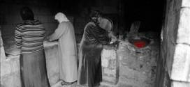 نازحات سوريات يحضرن الخبز