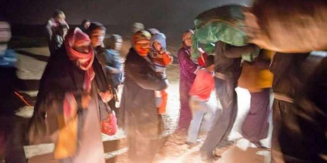 نازحون سوريون في الليل عبر الحدود السورية الأردنية.