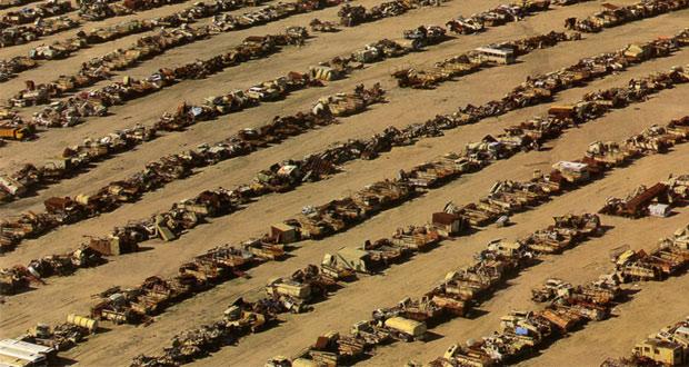 بقايا آليات عراقية في الصحراء الكويتية. الصورة: مركز الدراسات والبحث الكويتي