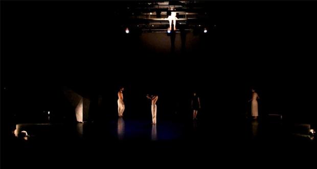 """لقطة من العرض المسرحي """"المطهر"""" للمخرجة لينا عسيران."""